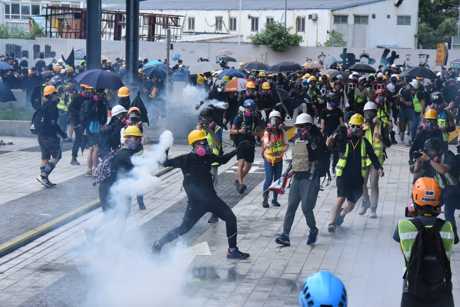 有示威者將催淚彈丟回水馬內。