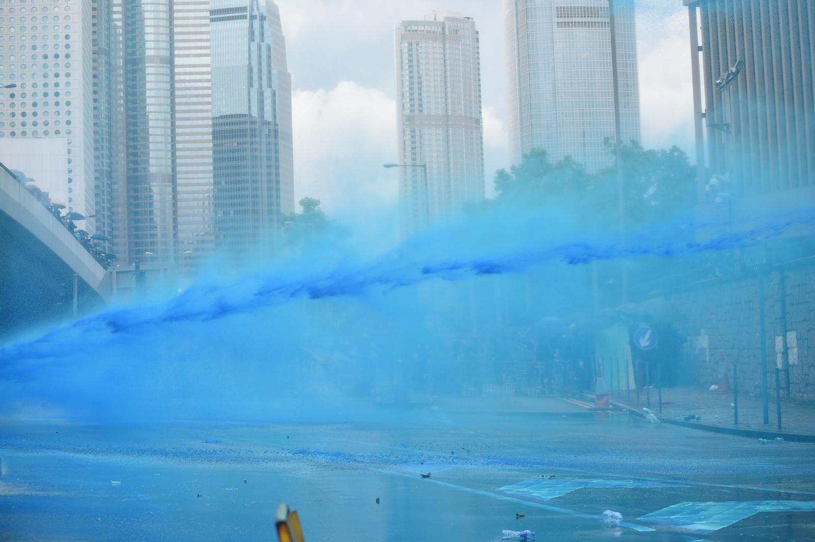 水炮車首次發射藍色水柱。