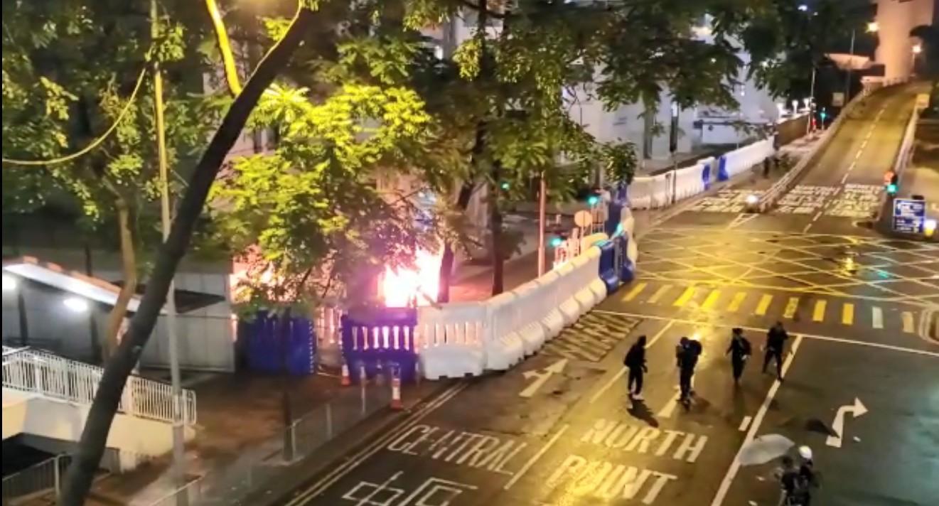 有示威者向警總水馬內投擲燃燒物