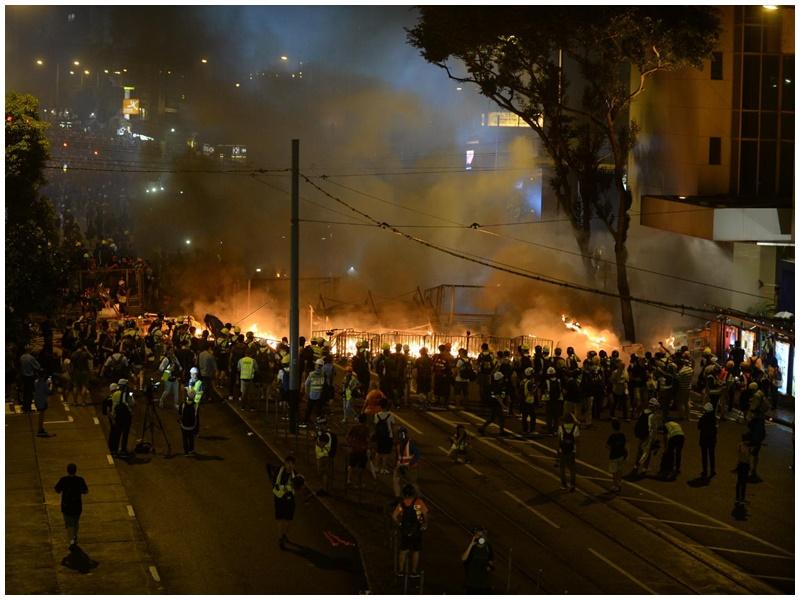 軒尼詩道火勢猛烈。