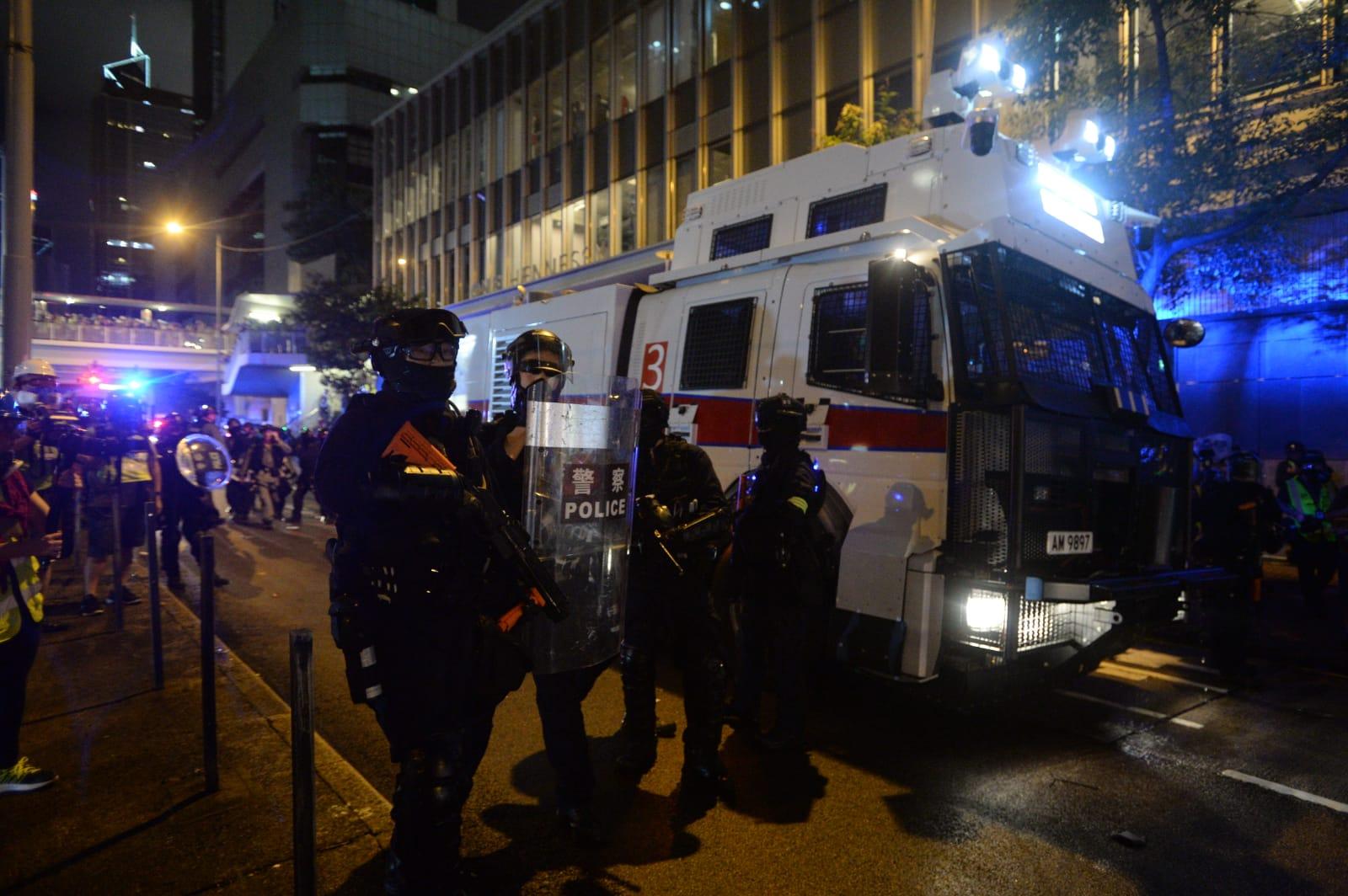 【逃犯條例】警總外火勢救熄速龍清場 多名示威者被制服有人送院