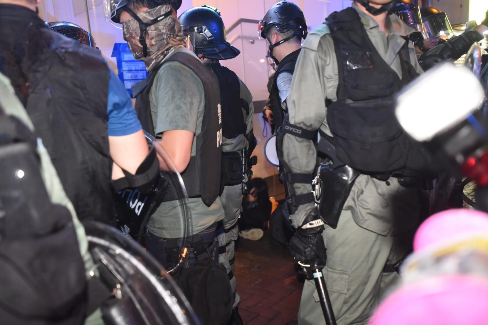 多名示威者被制服。