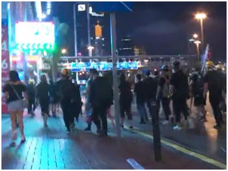 示威者往天后方向撤退。NowTV截圖