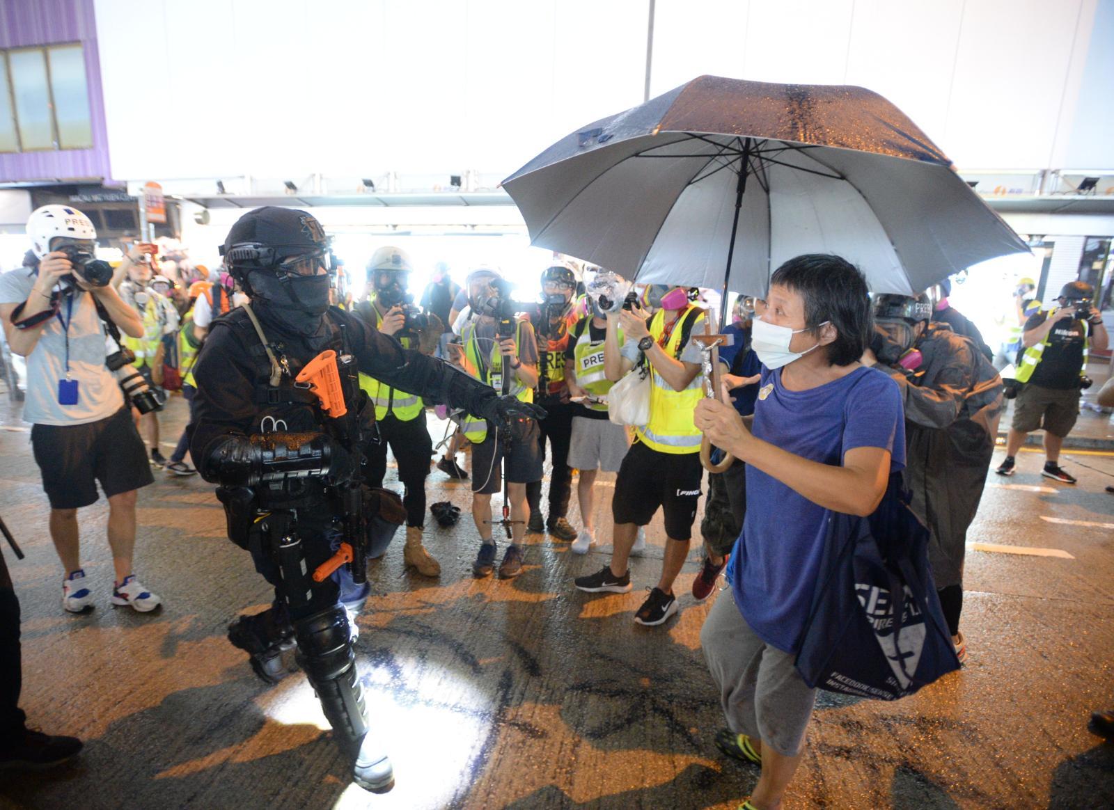 【逃犯條例】防暴警銅鑼灣崇光推進 至少3人被制服
