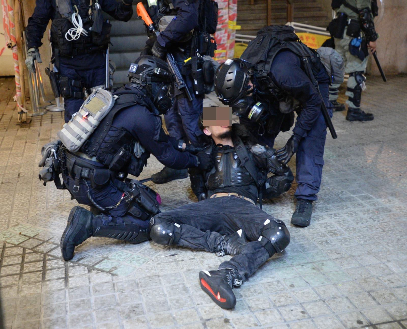 至少3人被捕。