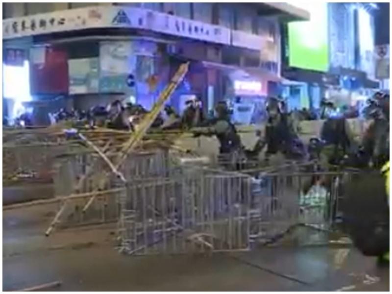 警方清理天后路障,示威者已散去。NowTV截圖