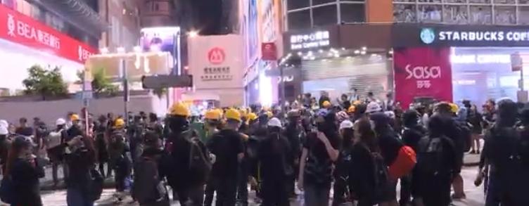 示威者退至旺角彌敦道。Nowtv截圖