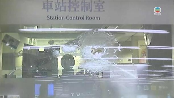 旺角站車站控制室玻璃被擊碎。無線新聞截圖