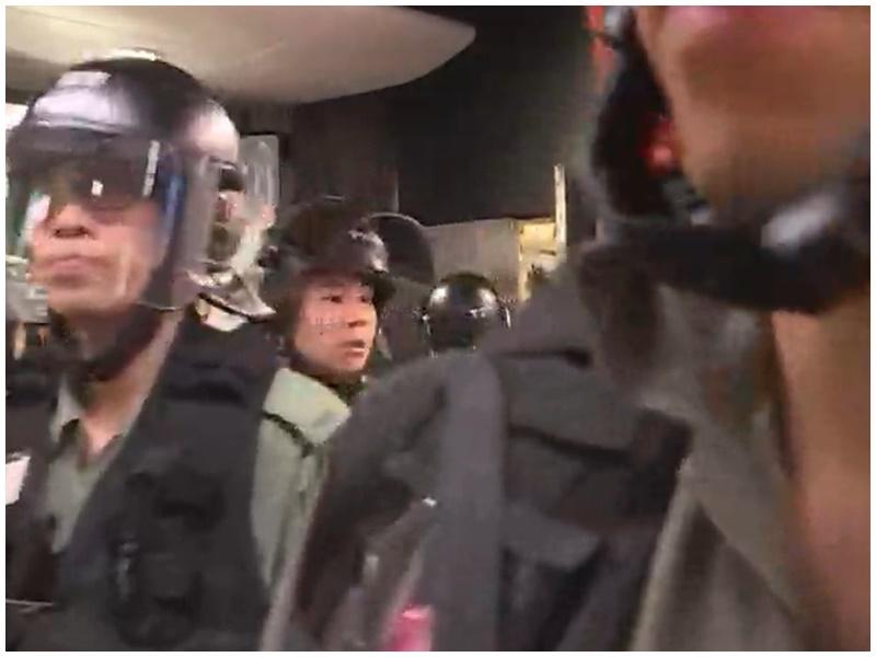 有警員進入車站控制室。NowTV截圖