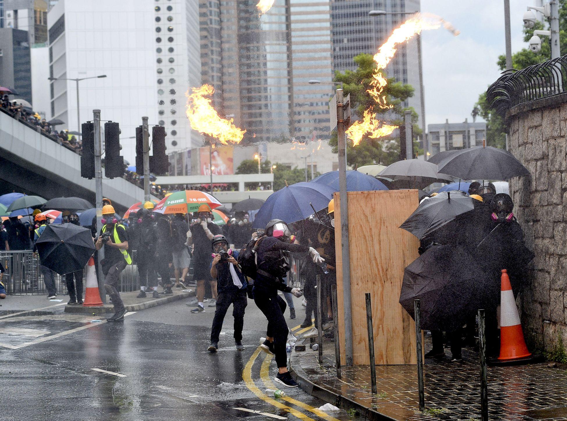 政府發言人指,激進示威者的違法及暴力行為持續升級,罔顧市民大眾的安全。