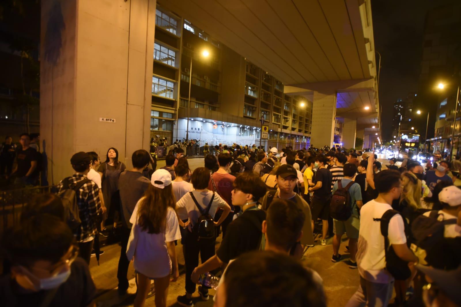 大批市民在旺角警署外聚集。