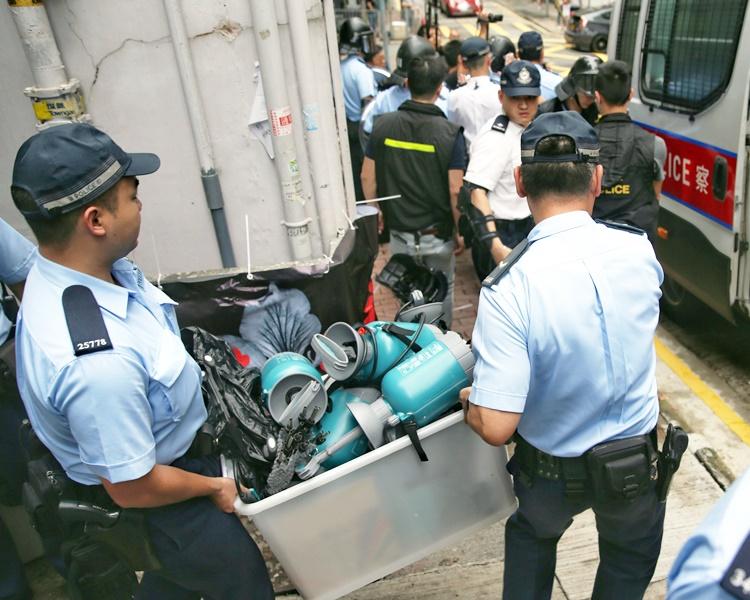 警方從店內檢走一批證物。