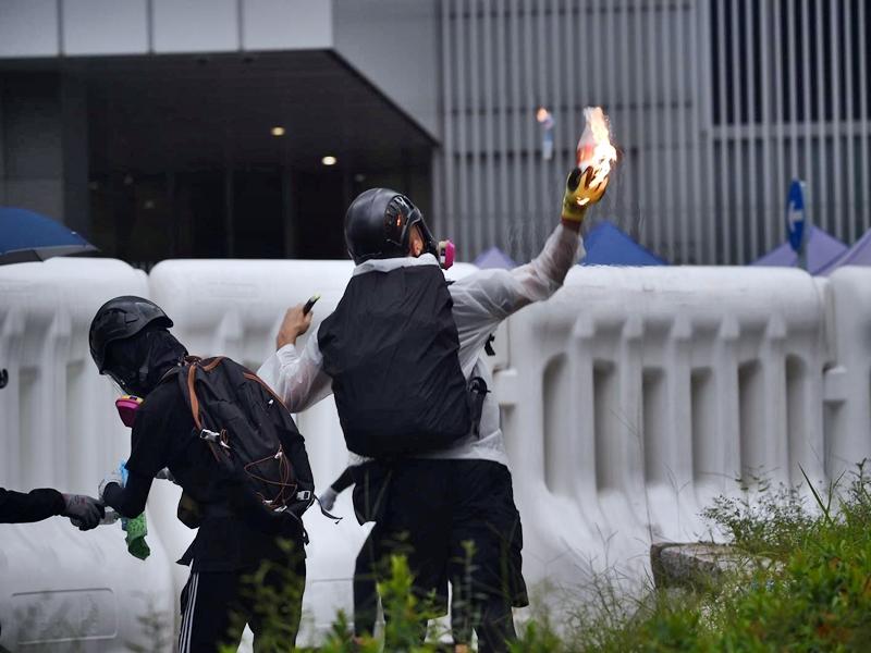 《人民日報》批評香港示威者投擲汽油彈是玩火自焚。資料圖片