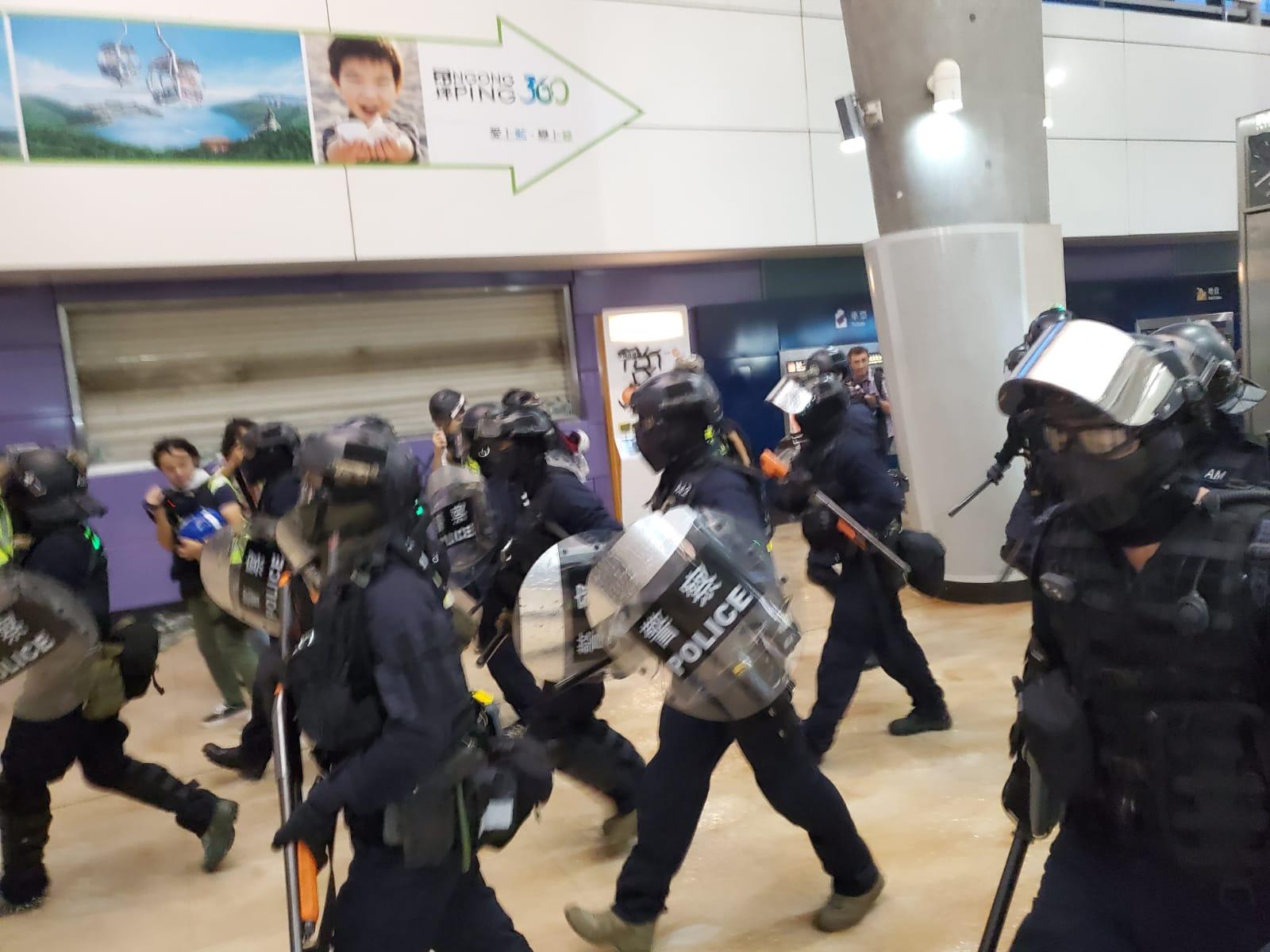 【堵塞機場】防暴警進東涌站清場 一度登列車車廂截查