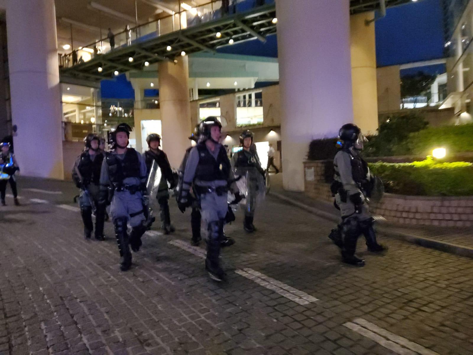 部分警員進入東堤灣畔搜捕示威者。