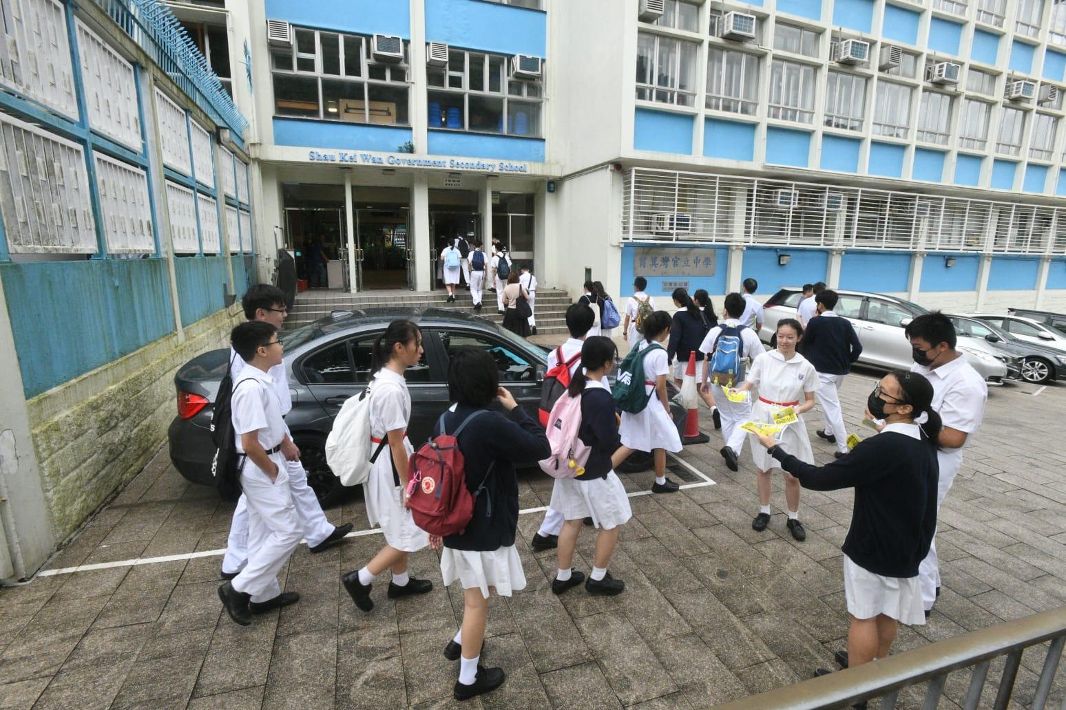 柴灣三校學生自組人鏈。