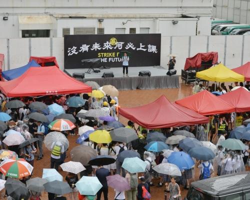 【逃犯條例】近千名中學生冒雨參與愛丁堡廣場罷課集會 高呼「香港人加油」