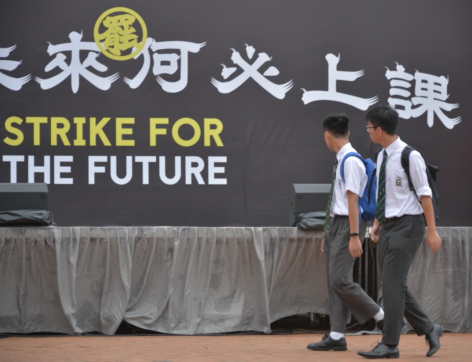 陸續有學生參與愛丁堡廣場的罷課集會。