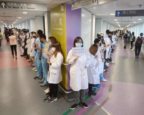 【逃犯條例】醫護持標語集會 瑪麗醫院400人築人鏈