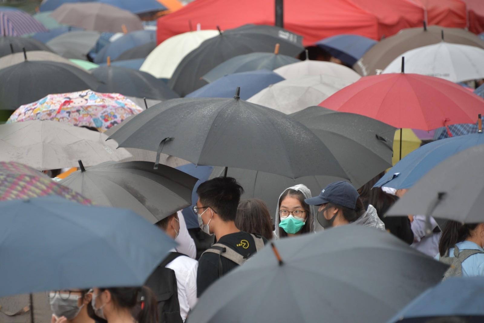 一批學生參與愛丁堡廣場的罷課集會。