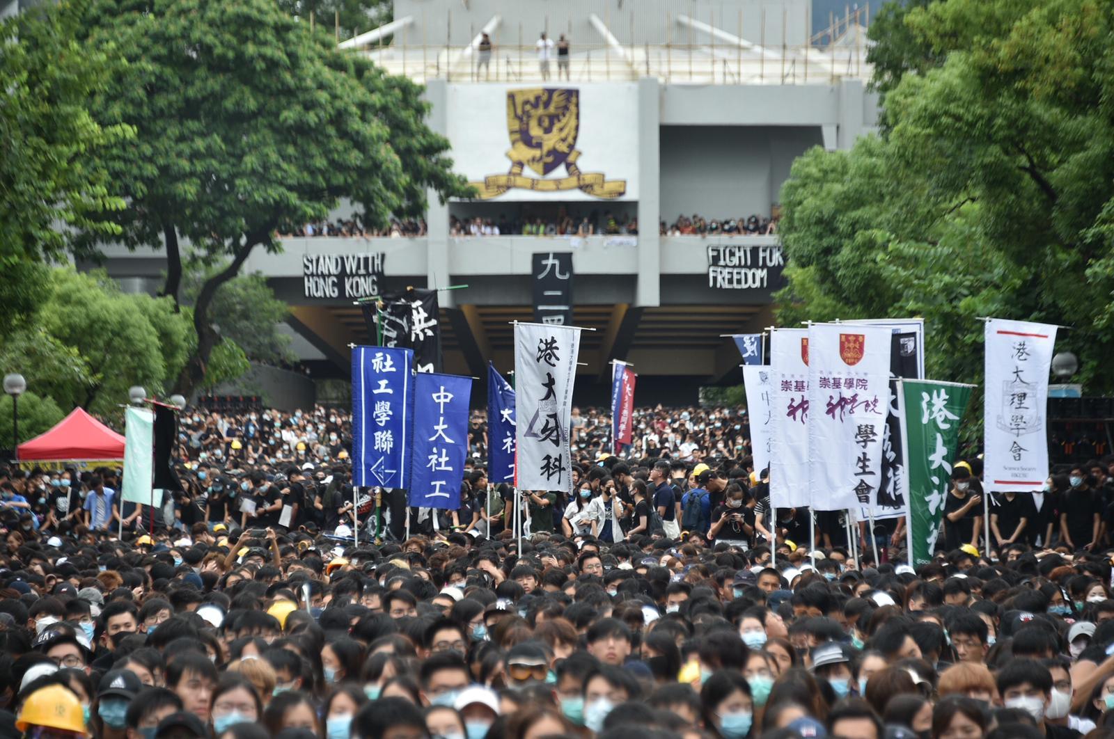 【逃犯條例】大批學生聚中大百萬大道 內地生一度衝上台撕毀橫額