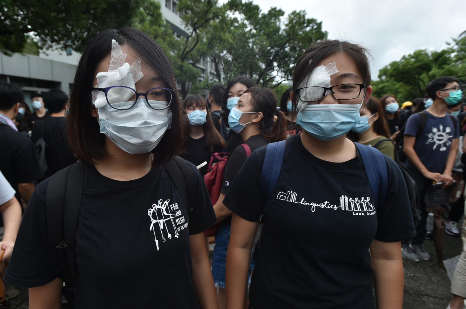 有學生聲援爆眼女展威者。