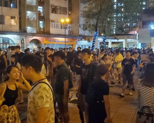【逃犯條例】疑不滿處理罷課手法包圍學校 大埔富善邨一度警民對峙
