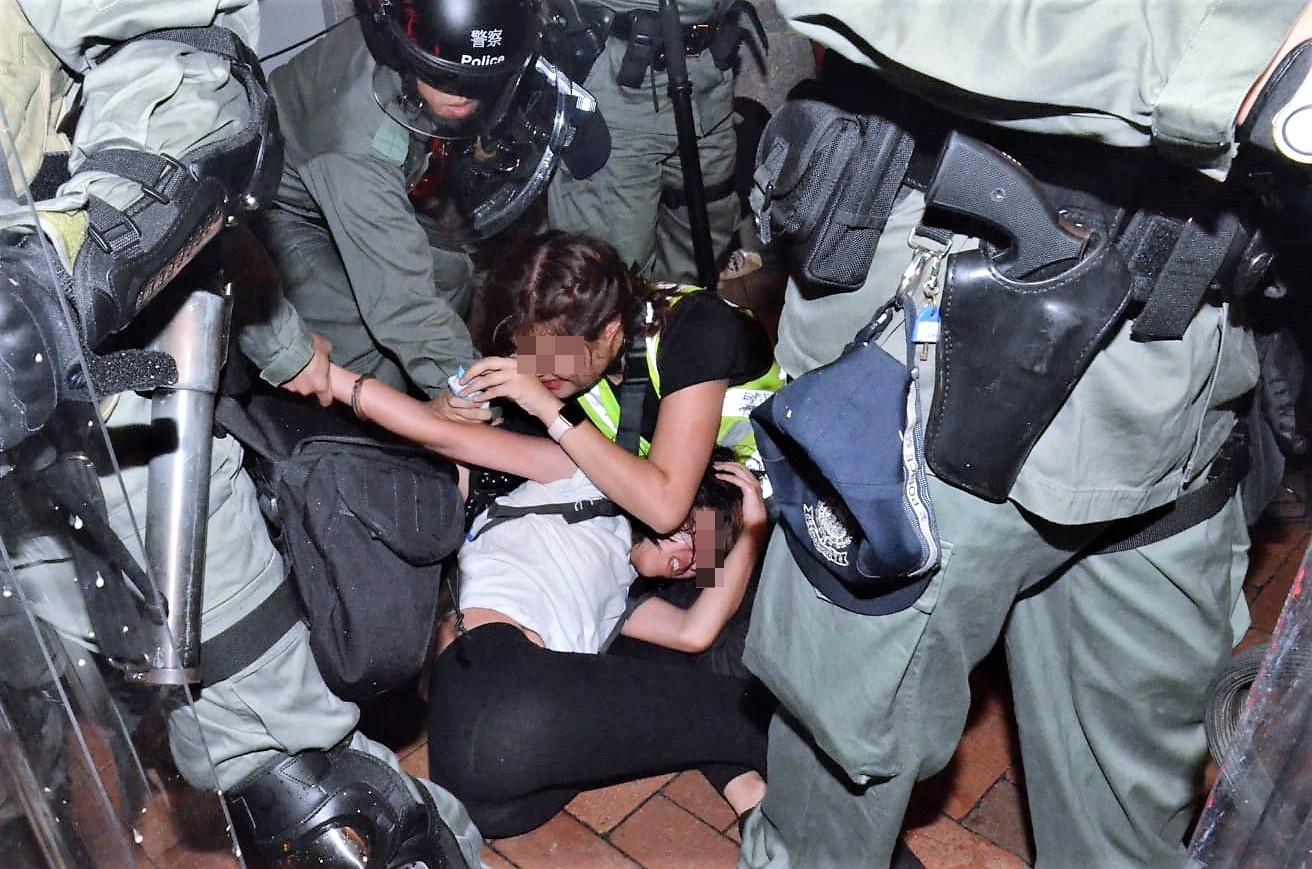 警方深夜清場拘捕多人。
