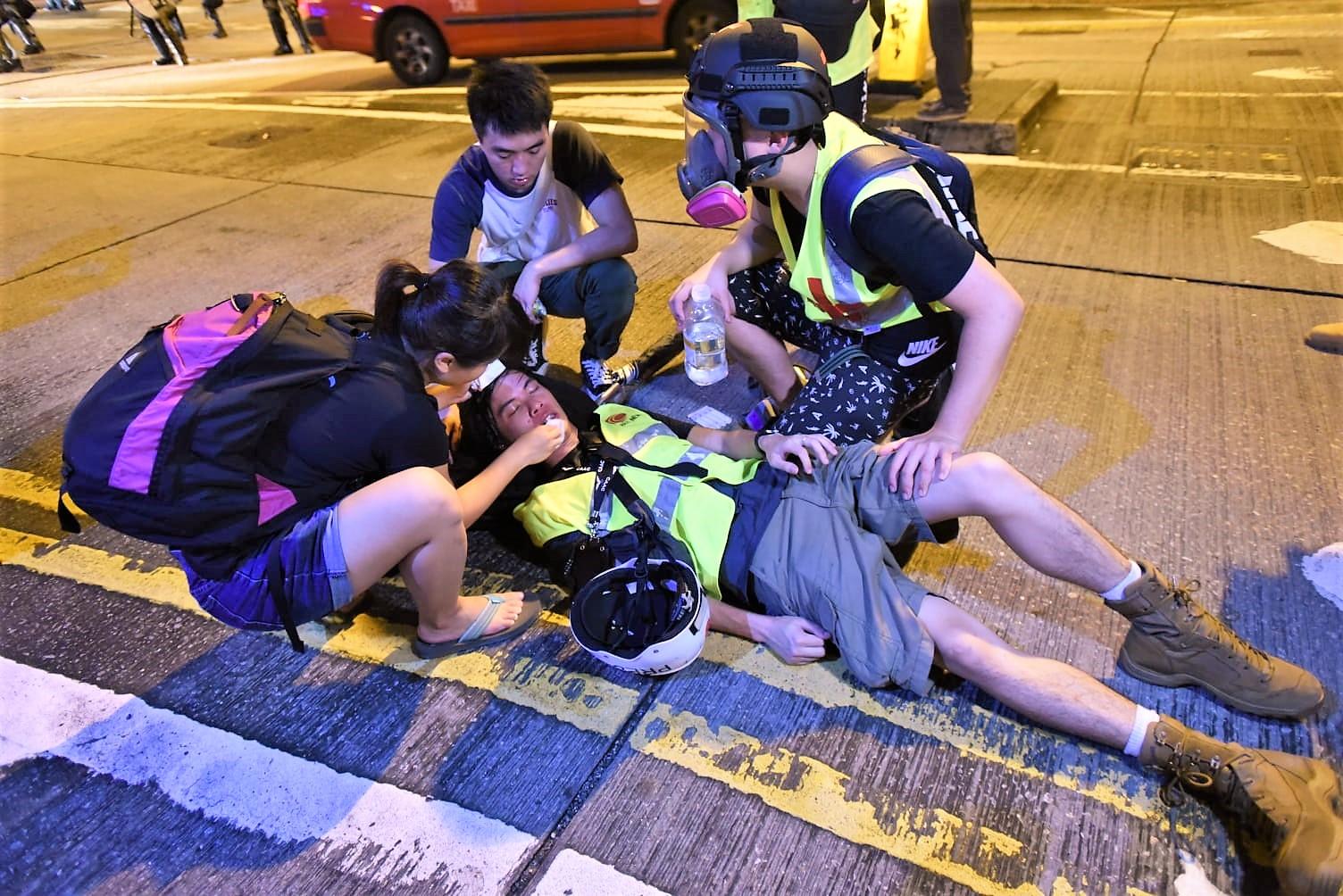 有記者受傷。