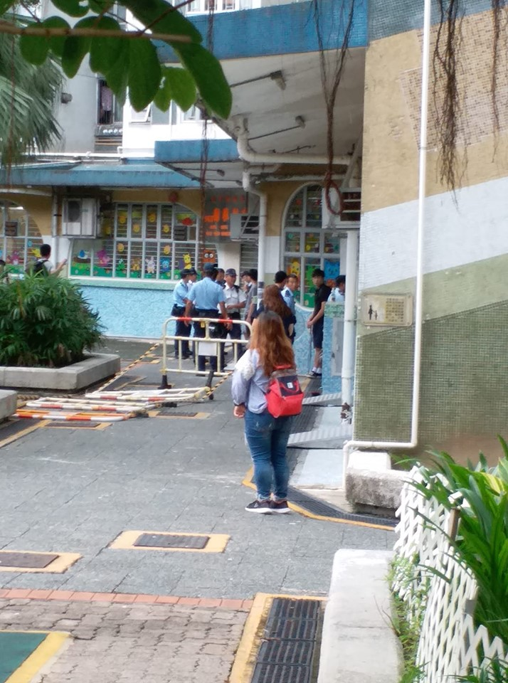 警員截黑衣人。Yanyan Choy圖片