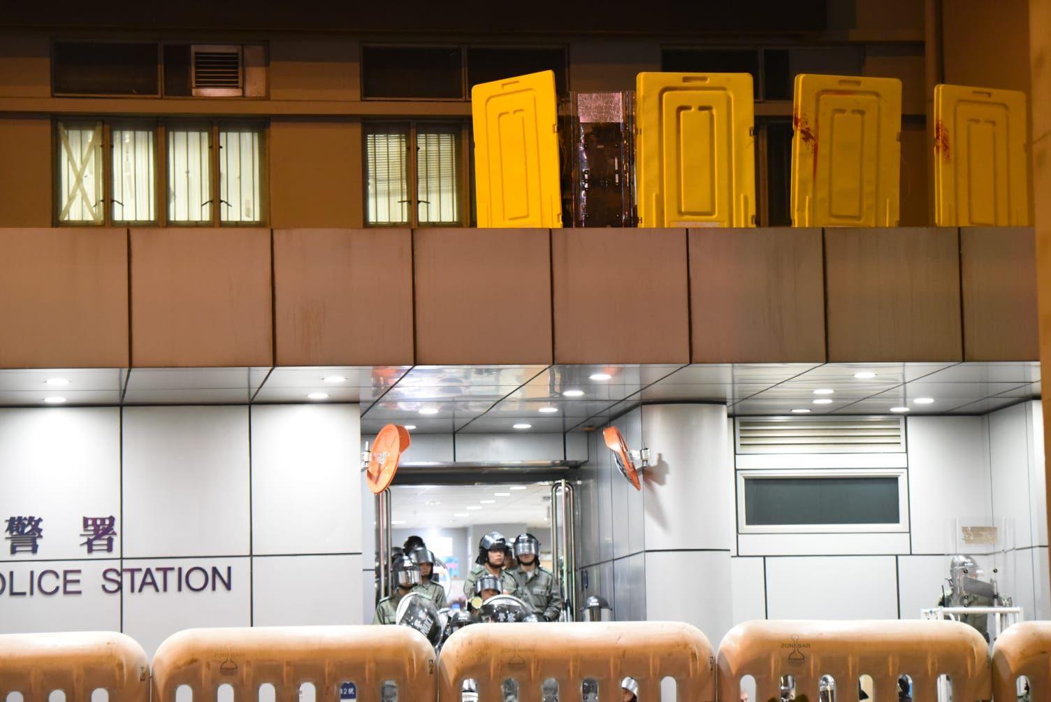 【逃犯條例】示威者旺角警署外聚集 警發射布袋彈