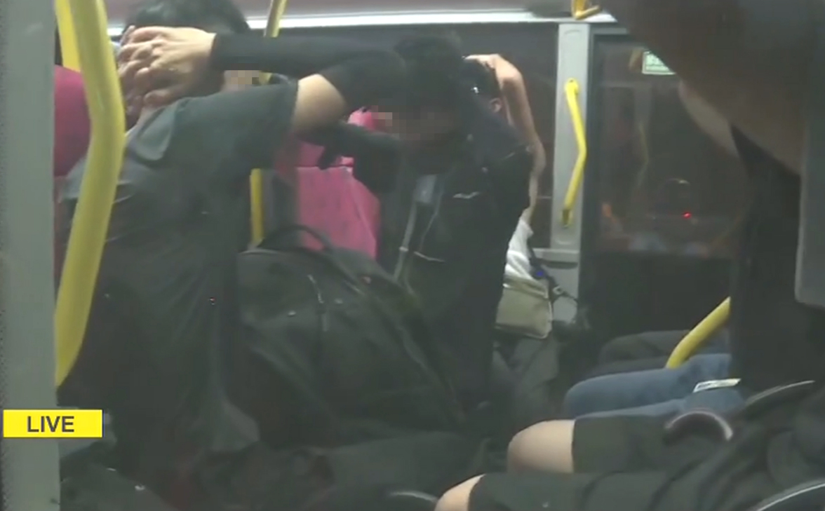 防暴警察登上巴士搜查。有綫截圖
