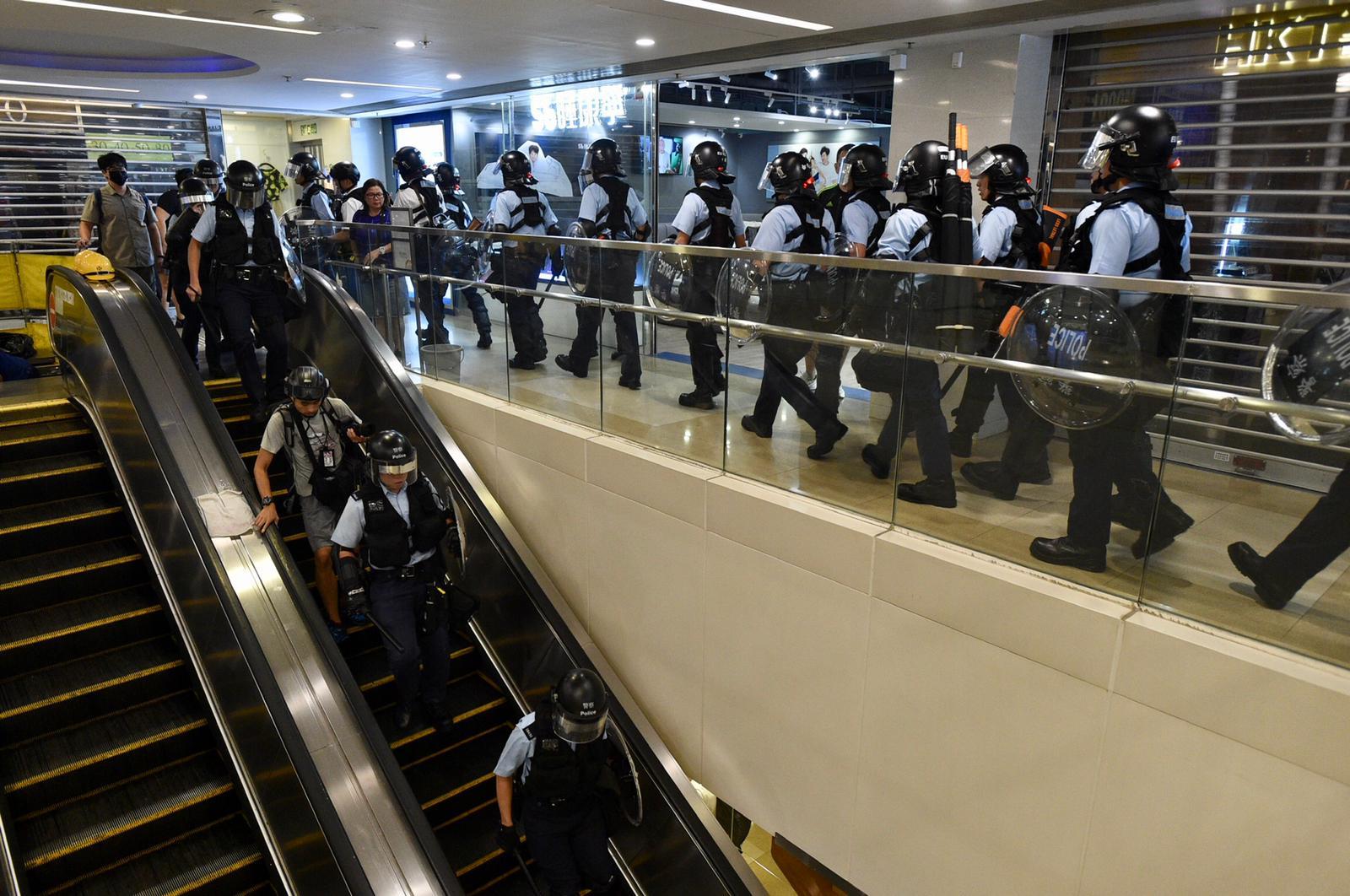 防暴警察進入黃大仙中心搜捕示威者。