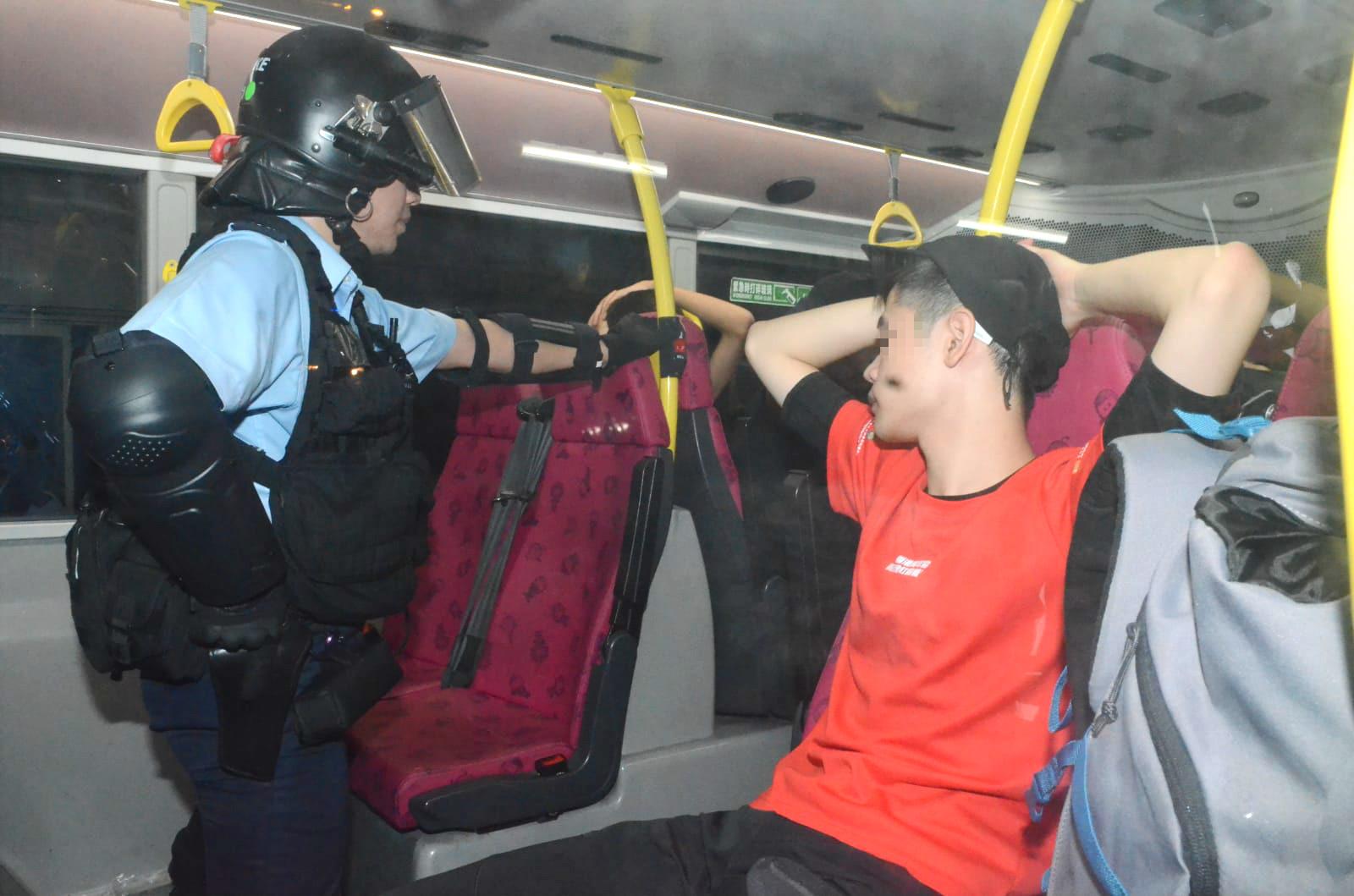 防暴警察截查巴士上市民。