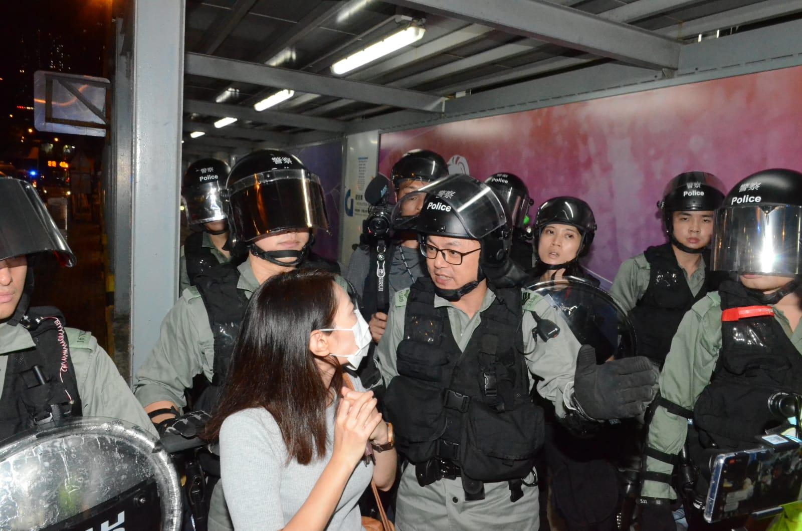 防暴警察截查市民。