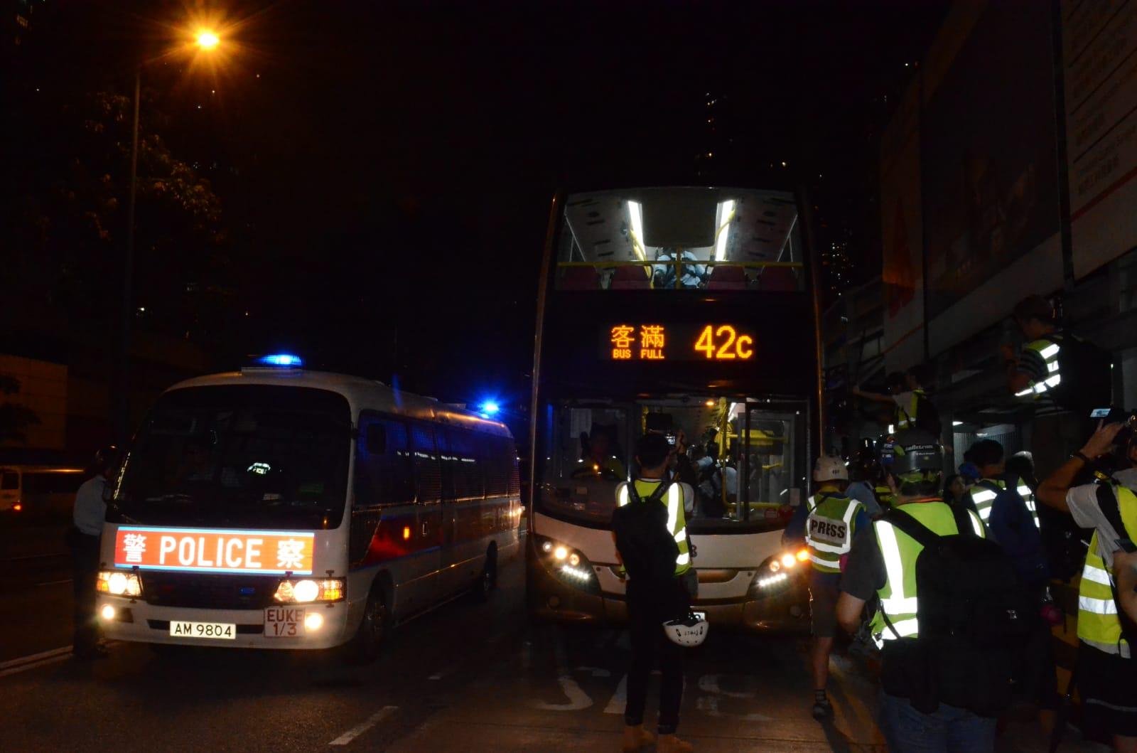 防暴警察截查巴士。