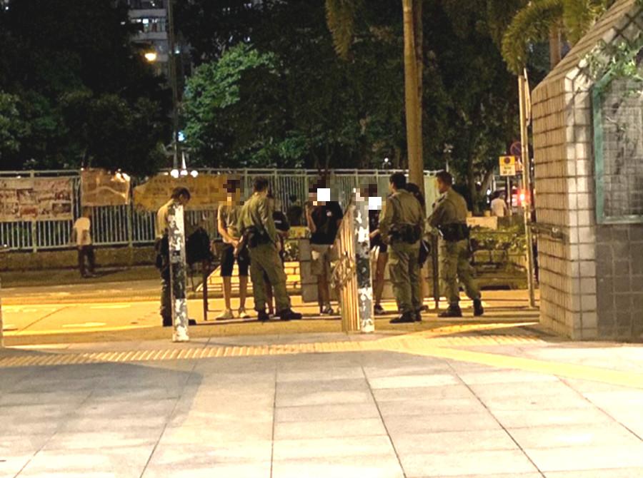 有警員截查市民。香港突發事故報料區Ovo Ng 圖片