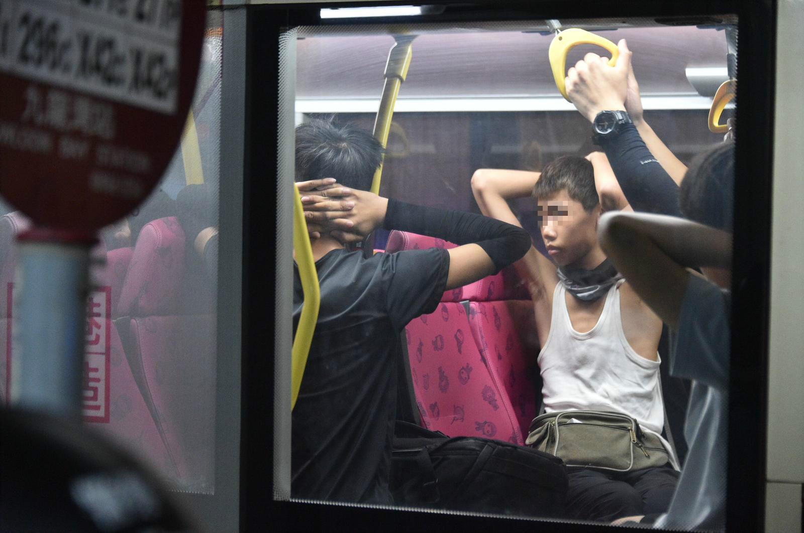 巴士乘客示威者被扣查。