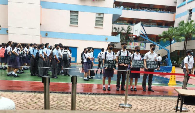 一批學生戴口罩手持手持標語在校內默站。  柴灣人柴灣事FB/網民Fa Jei圖