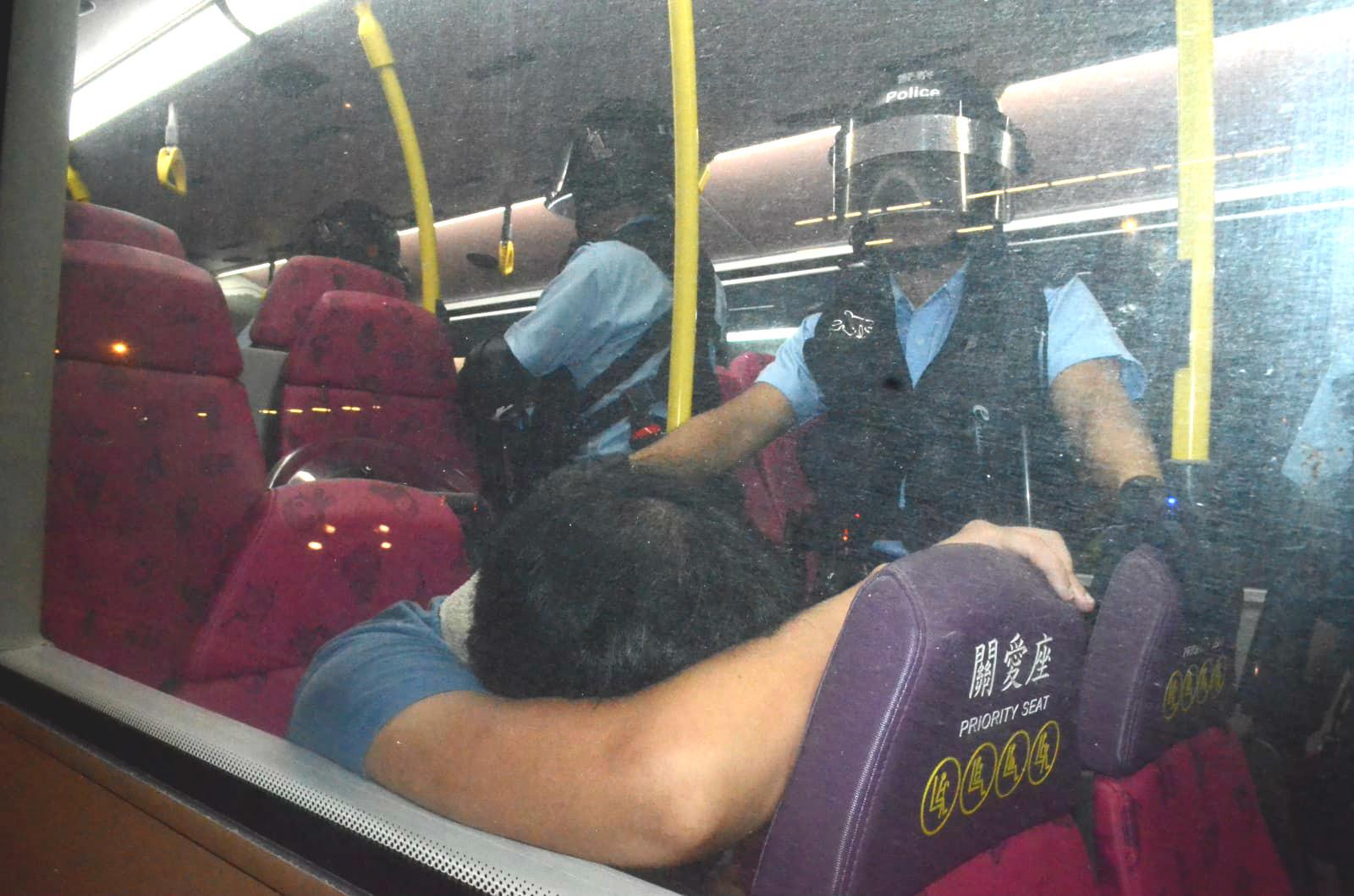 警員昨晚登上巴士搜查。資料圖片
