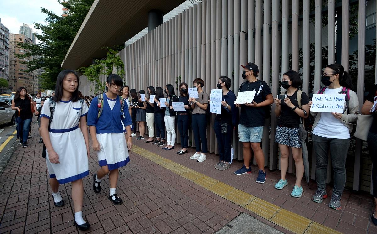 多間學校近日有學生連同校友,參與罷課、靜坐、叫口號、派發傳單。資料圖片