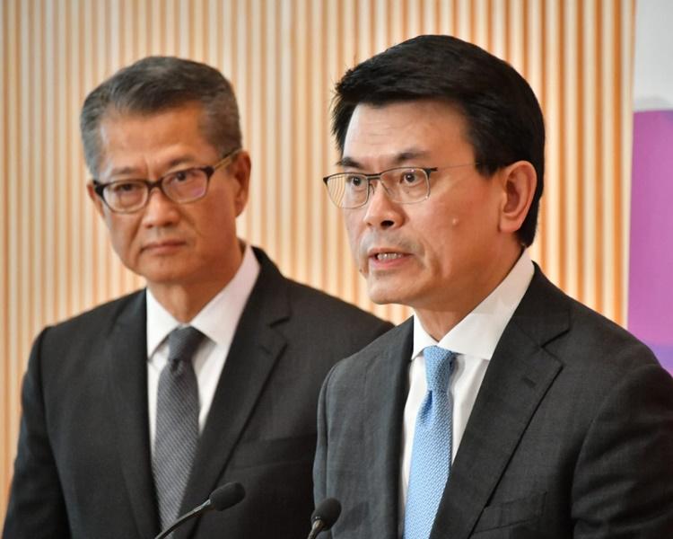 陳茂波及邱騰華見記者。
