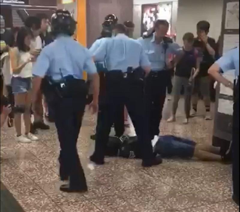 一名懷疑示威者昨晚在太子站被多名警員制服壓倒在地。網上圖片