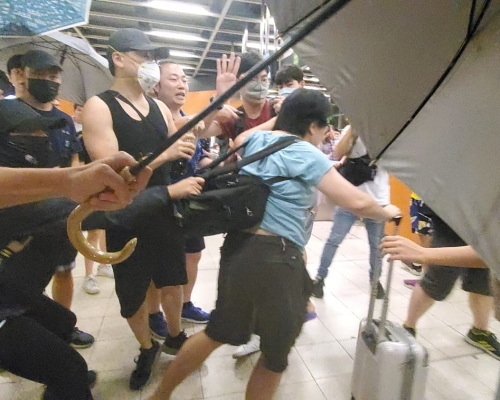 【修例風波】寶琳站數百名示威者與拍照婦爆打鬥 2人不適送院