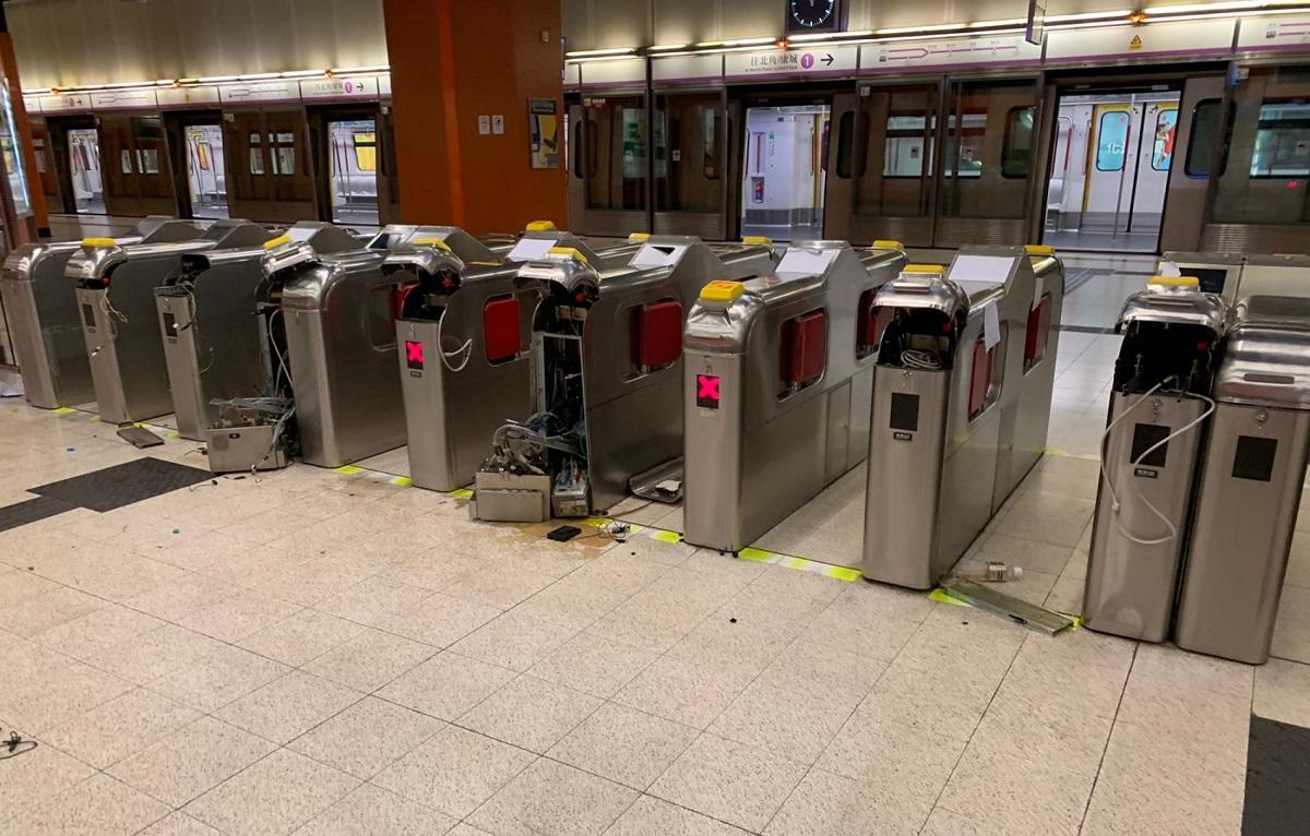 港鐵寳琳站車站設施遭示威者破壞。