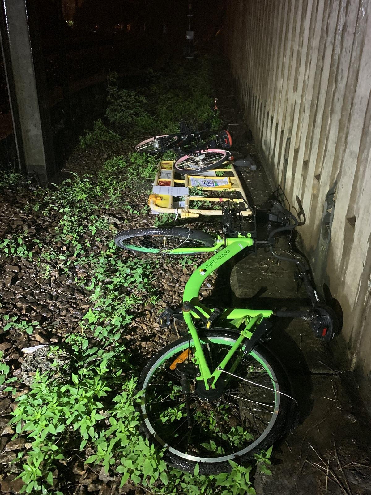 有人向路軌投擲單車。
