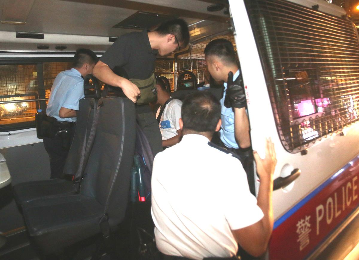 懷疑動手的男子被帶上警車。