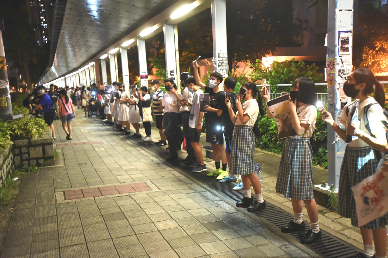 多名中學生穿校服參與天水圍發起「人鏈」抗議
