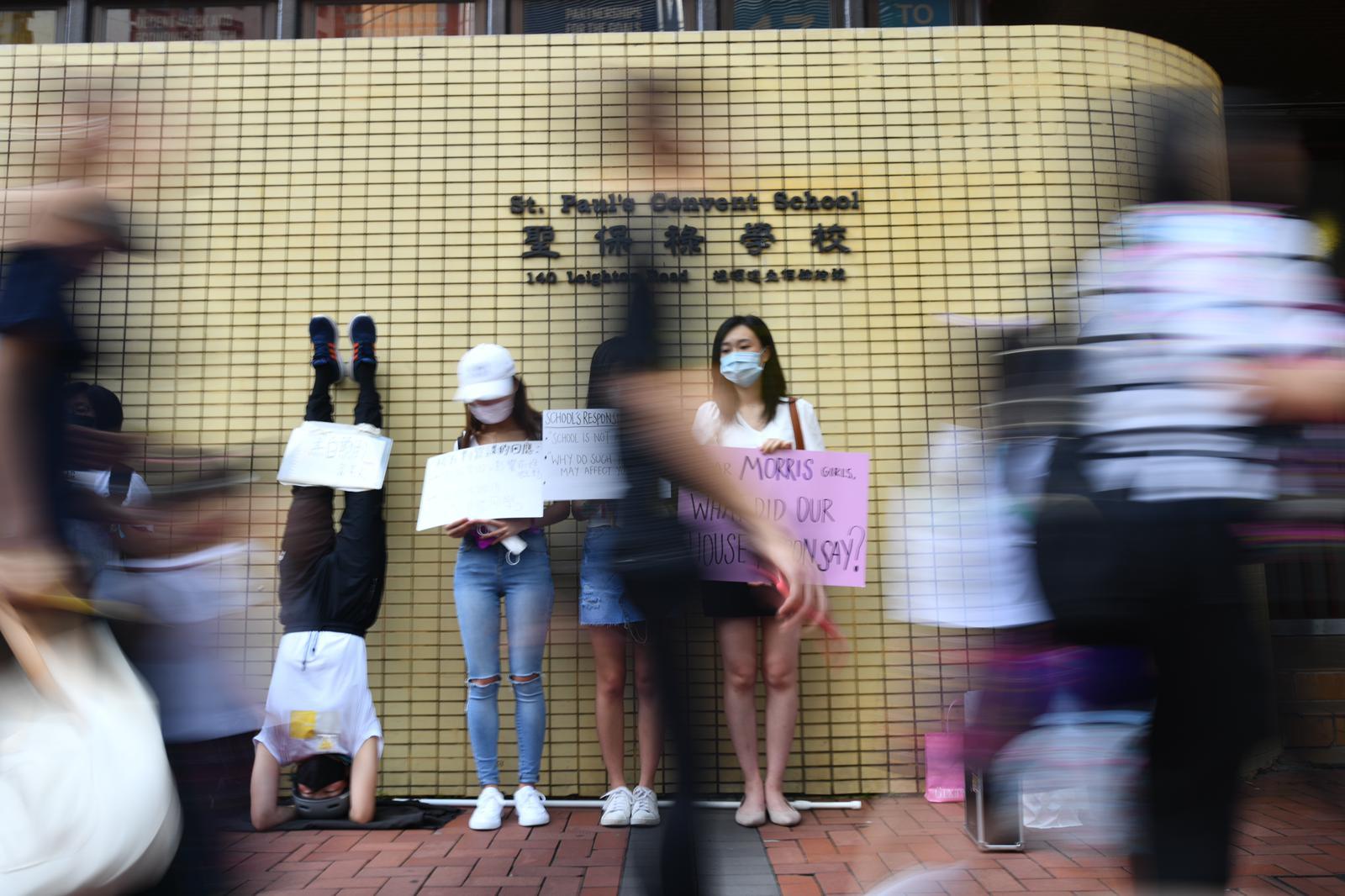 校友高難度頭倒立聲援學生。