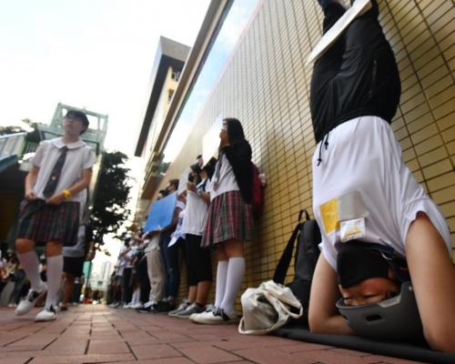 【修例風波】聖保祿學校疑禁罷課 校友高難度頭倒立聲援學生